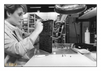 Assemblage d'une carte mère d'ordinateur, Burroughs Corporation, Herstal, Belgique, 1984 - argentique