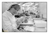 Technicienne de la division Etca - Programme Ariane Espace, Ateliers de Constructions électriques de Charleroi (ACEC), Marcinelle, Belgique, 1987 - argentique