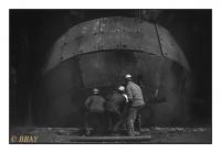 Inspection du trou de coulée d'un convertisseur, Cockerill-Sambre, Seraing, Belgique, 1983 - argentique
