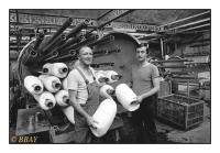 Chargement d'une machine à teinter, Teinturerie de Dottignies, Dottignies, Belgique, 1986 - argentique