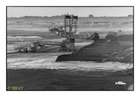 Bagger 288 : longueur 240m, hauteur 96m, poids 13 000 tonnes ; le plus gros véhicule sur chenilles du monde peut déblayer jusqu'à 240 000 tonnes par jour, Tagebau Garzweiler II, Rheinbraun (RWE), Grevenbroich, Köln, Deutschland, 2006 - argentique