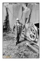 Ouvrier rocteur chargé du réglage du fil hélicoïdal, Carrières du Clypot (La Pierre bleue belge), Neufvilles, Belgique, 2004 - argentique