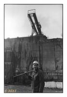 rocteur face au gisement surmonté du pont roulant, Carrières Gauthier & Wincqz (La Pierre bleue belge), Soignies, Belgique, 1981 - argentique