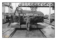 Tailleur de pierre devant une armure monolame, Carrières Gauthier & Wincqz (La Pierre bleue belge), Soignies, Belgique, 1981 - argentique